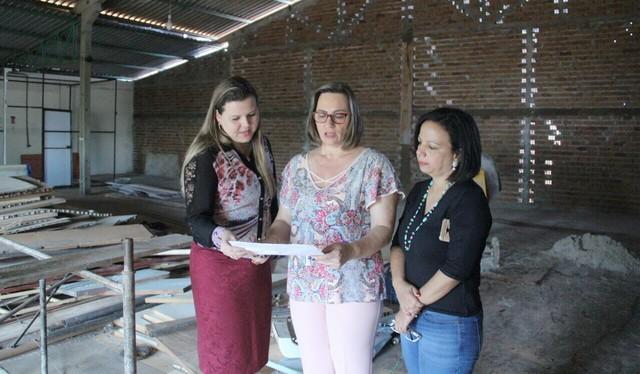 Vereadora Daniela verifica projeto de reforma do prédio onde funcionará o 2º Conselho Tutelar de Dourados - Foto: Eder Gonçalves