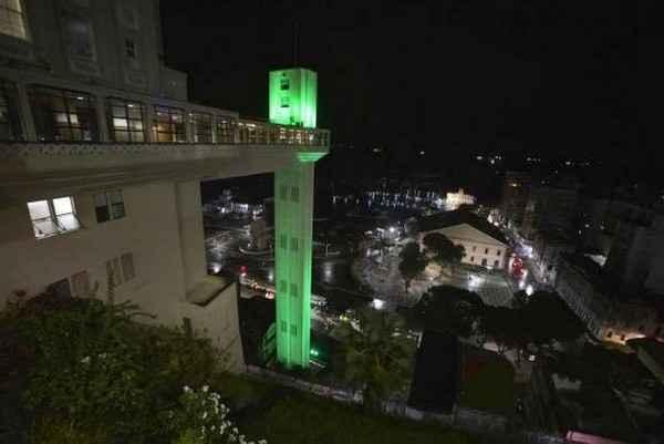 O Elevador Lacerda, em Salvador, iluminado de verde para alertar sobre o glaucoma - Secom