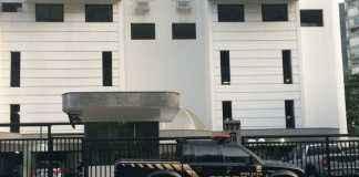 Viatura da Polícia Federal chegou antes das 6h; agentes entraram no prédio da Avenida Niemeyer, 777 - Foto: G1