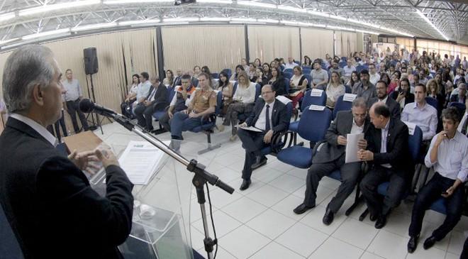 Reinaldo durante assinatura de termo de cooperação com universidades para atendimento a detentos com tuberculose - Foto: Chico Ribeiro