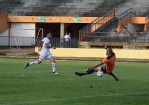 Sadan toca na saída de Pedro Henrique para marcar o gol do Sete - Foto: Noé Faria