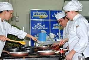 Acadêmicos e professores demonstraram seus dotes culinários para todos que visitaram a feira agropecuária – Foto: Decom