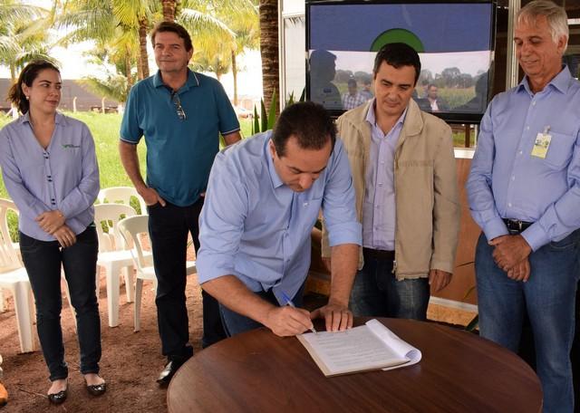 Vice-prefeito assinou termo juntamente com secretário de Agricultura Familiar, presidente do Sindicato Rural e presidente da Famasul – Foto: Luiz Radai/Assecom