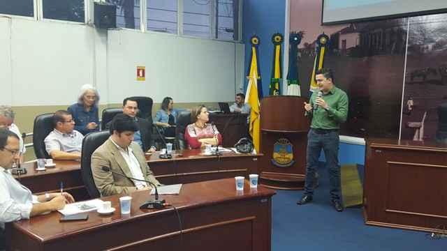Médico Renato Vidigal, secretário de Saúde de Dourados, fala durante prestação de contas na Câmara de Vereadores - Foto: Divulgação