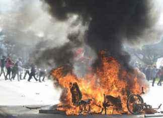 Bicicletas de uso compartilhado incendiadas por um pequeno grupo de manifestantes durante protesto contra o governo e as reformas – Foto: Agência Brasil