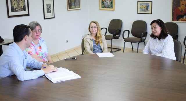 Diretora da faculdade EaD da UFGD fez convite à prefeita Délia para participar do debate – Foto: A. Frota