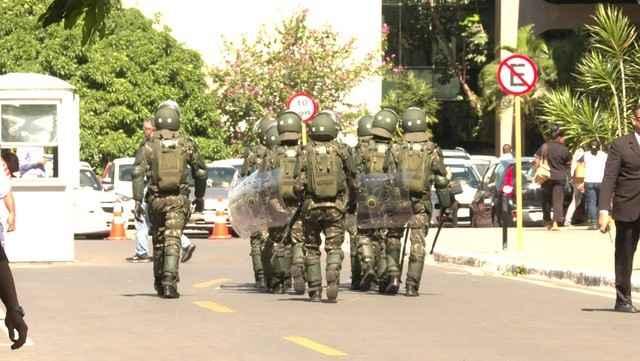Militares deixam prédio do governo após Temer revogar decreto que pedia ação das Forças Armadas em Brasília - Foto: Reprodução/GloboNews