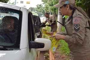 Blitz educativas é uma das atividades do Maio Amarelo que a Agetran realiza com apoio de organismos de segurança – Foto: A. Frota