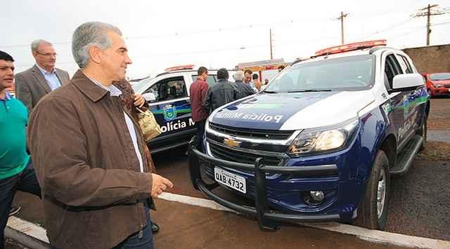 Governador durante entrega de viaturas em Dourados – Foto: Edemir Rodrigues
