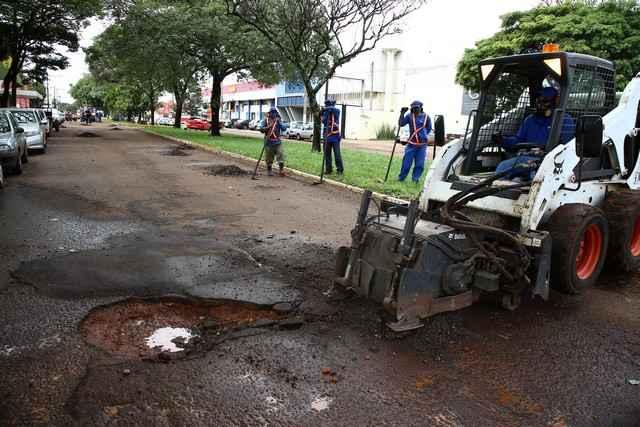 Serviço de tapa-buracos sendo feito, nesta segunda-feira, na rua Onofre Pereira de Matos, próximo ao terminal de transbordo - Foto: A Frota