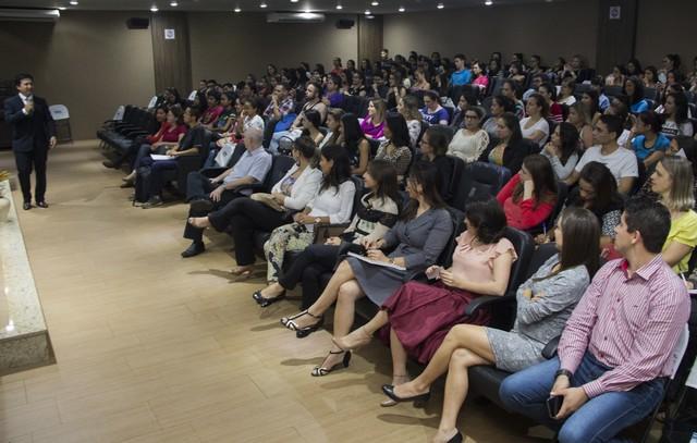 Acadêmicos de Nutrição e Fisioterapia participam de palestra sobre a relação do entusiasmo com o sucesso – Foto: Decom