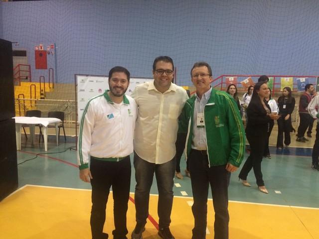 Alan com o reitor do IFMS Luiz Simão Staszczak e o diretor do campus de Dourados Carlos durante a abertura - Divulgação