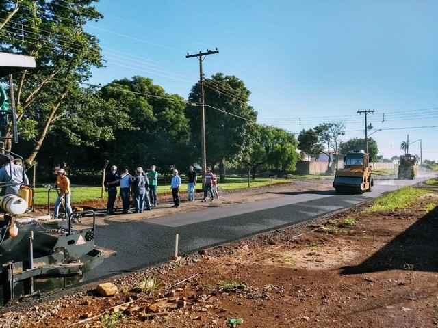 Geraldo, vereadores, lideranças e moradores acompanham a chegada do asfalto no Jardim Carisma - Foto de Eliel Oliveira