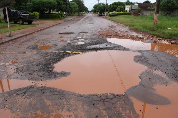 """Dourados está tomado por buracos que chegam a """"engolir"""" um carro de passeio – Foto: Hedio Fazan"""