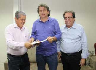 Waldir Neves, presidente do TCE-MS, recebe documento de Caravina (centro), ao lado do Corregedor Iran Coelho - Foto: Edson Ribeiro