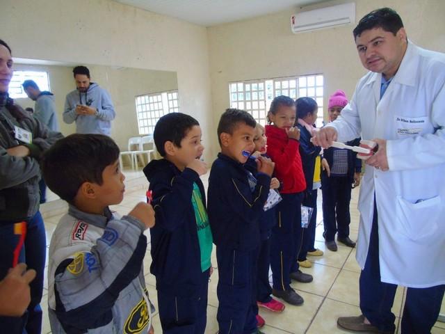 Crianças receberam orientações de saúde bucal, escovação supervisionada e aplicação de flúor – Foto: Genivaldo Marquiza