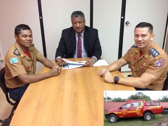 Deputado João Grandão com Tenente-Coronel Alaerson de Jesus Muniz e Tenente-Coronel Waldemir Moreira Júnior; no detalhe a camionete – Assessoria ALMS