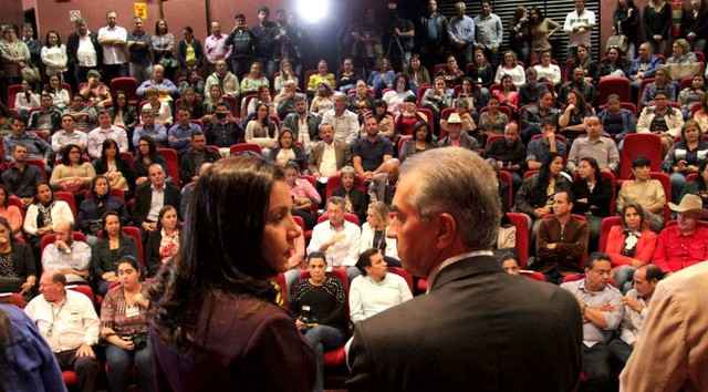 Madrinha da campanha, Fátima Azambuja, e o governador na cerimônia de entrega dos cobertores e agasalhos – Foto: Chico Ribeiro
