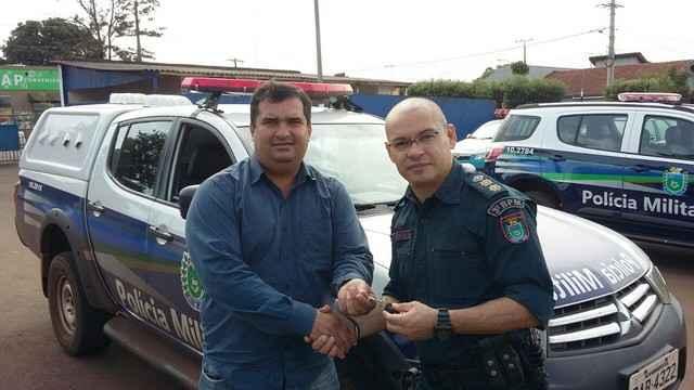Madson juntamente com o comandante da Polícia Militar tenente-coronel Carlos Silva - Divulgação