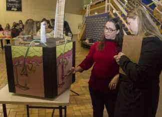Os trabalhos foram avaliados pelas professoras durante a exposição – Foto: Decom
