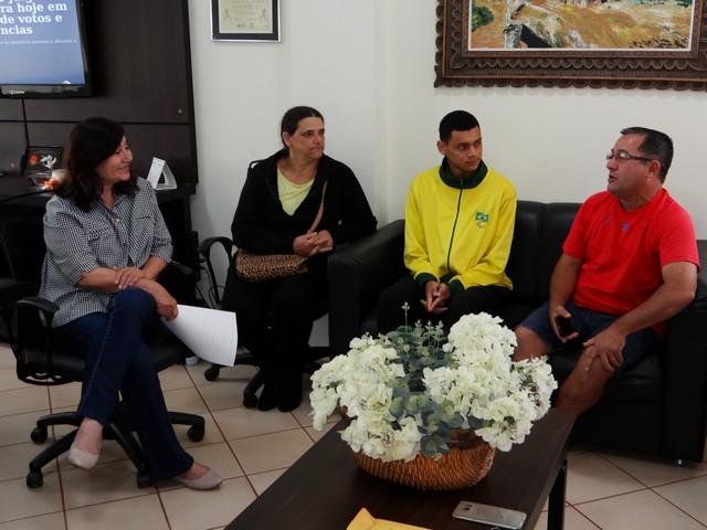 Prefeita recebeu paratleta Paulo Henrique, sua mãe e seu professor – Foto: Assecom