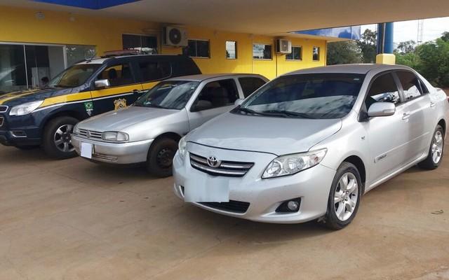 Veículo recuperado, um Toyota/Corolla XEI; VW/Gol Special fazia serviço de batedor – Foto: PRF