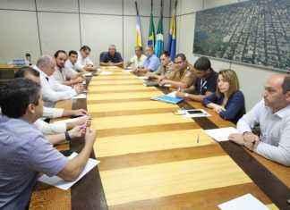 """Vereador Romualdo Ramim durante reunião da CICT com demais órgãos envolvidos na elaboração da """"Lei da Desburocratização"""" - Foto: Thiago Morais"""