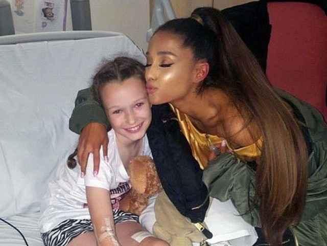Ariana Grande visita a joven Jaden, vítima do ataque na saída do show da cantora em Manchester - Reprodução/Twitter/1lovemanchester