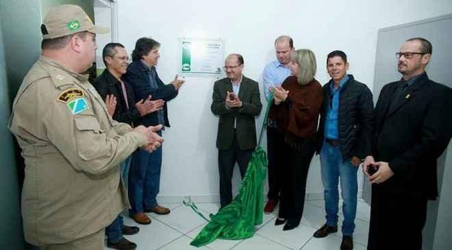 Secretário José Carlos Barbosa e prefeito Pedro Arlei Caravina durante inauguração da unidade do Núcleo de Medicina e Odontologia Legal - Assessoria