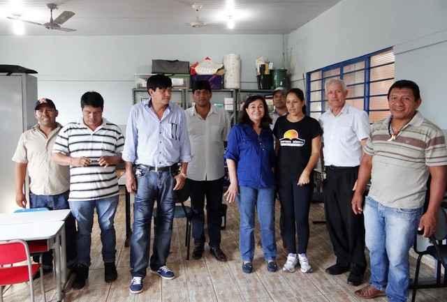 Prefeita Délia Razuk com direção da Missão Caiuá e lideranças indígenas durante vista à entidade - Foto: Assecom