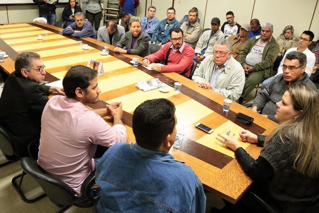 Vereadores e funcionários da usina durante a reunião - Foto: Eder Gonçalves