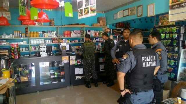 Policiais vistoriando uma das lojas que comercializa armas e munições – Foto: SFPC 9ª Região Militar/Divulgação