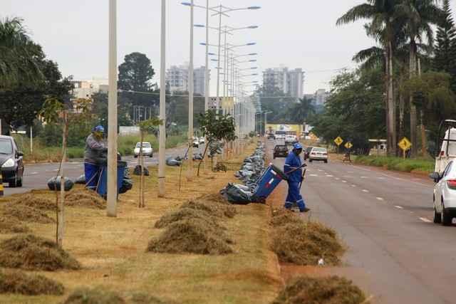 Homens e máquinas da prefeitura iniciaram na sexta-feira o trabalho de limpeza da Avenida Guaicurus – Foto: A. Frota