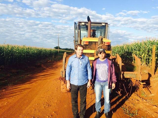 Silas e Leôncio, acompanhando o patrolamento no Travessão da Figueira - Divulgação