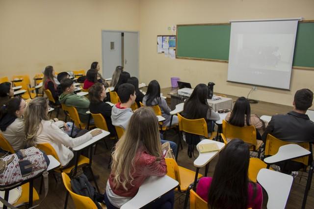 """Vídeos produzidos pelos acadêmicos foram exibidos durante uma """"sessão de cinema"""" em sala de aula – Foto: Decom"""