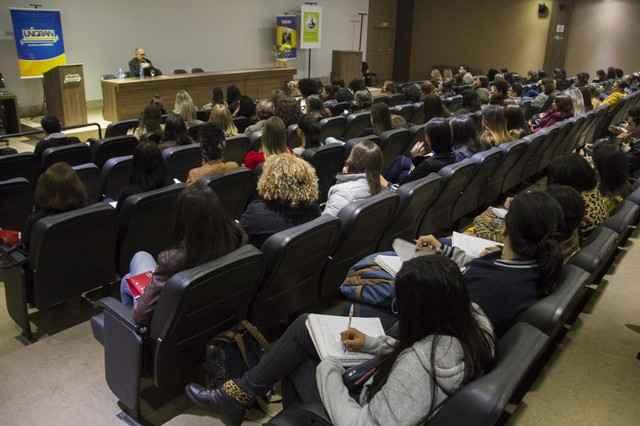 """Marco Antônio Coutinho Jorge faz o lançamento do Livro """"Fundamentos da Psicanálise. Vol III – A Prática Analítica"""" na UNIGRAN – Foto: Decom"""