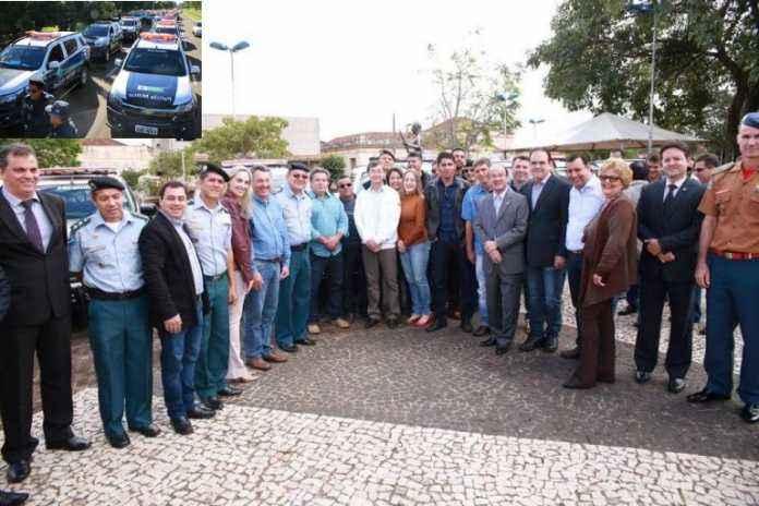 Secretário José Carlos Barbosa fez a entrega nesta quinta-feira, 01; no detalhe as viaturas – Fotos: João Garrigó