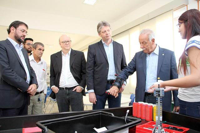Alunos demostraram ao presidente da Fiems, Sérgio Longen, como funciona o protótipo - Assessoria