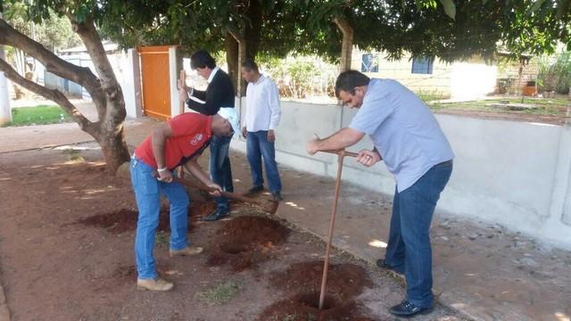 Carlito do Gás auxiliando na instalação do ponto de ônibus - Divulgação