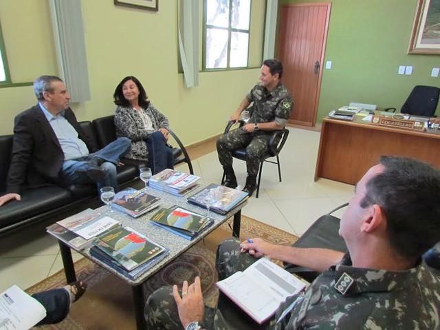 Prefeita Délia Razuk, acompanhada do deputado estadual Paulo Corrêa, durante reunião com o general José Carlos Braga de Avellar, comandante Militar do Oeste - Divulgação