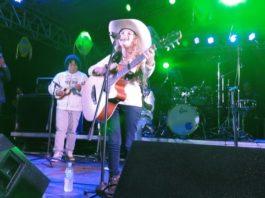 Gabi Andrade com seu inseparável violão arrancou aplausos do público presente na praça Antônio João – Foto: Waldemar Gonçalves - Russo