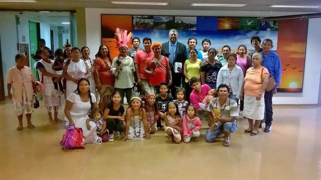 Deputado João Grandão com moradores da Aldeia Água Bonita - Foto: Daniel Machado
