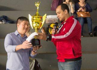 """Wilson Akira Tanizaki, diretor do Anglo/Unigran recebeu das mãos de """"Kaká"""" o troféu de campeã-geral dos Jogos das Juventude de Dourados - Foto: Assessoria"""