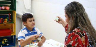 Criança recebendo atendimento com fonoaudióloga na Policlínica Infantil – Foto: A. Frota