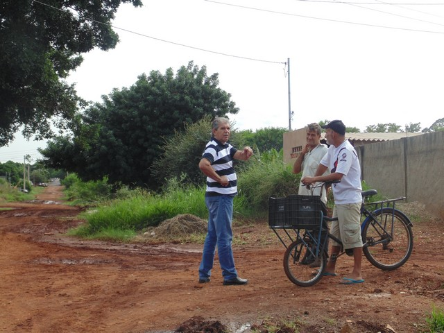 Vereador Romualdo Ramim durante visita pelos bairros de Dourados para levantar as demandas da população - Foto: Gleiber Nascimento