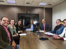 Reunião, em Brasília, para assinatura do contrato com a empresa que vai construir a UMC - Assessoria