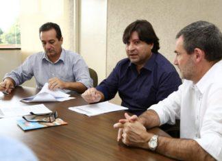 Sergio Henrique(ao centro), diretor da Agehab, ressalta a importância do benefício, tanto ao município quanto aos seus cidadãos – Foto: Assecom