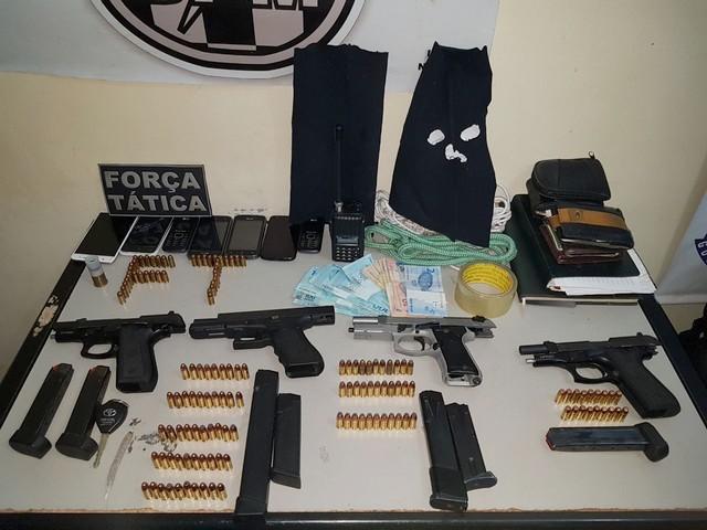 Armas e munições apreendidos na ação policial –Divulgação PM