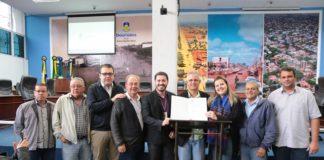Vereadores e representantes do IFMS durante assinatura de convênio - Foto: Eder Gonçalves