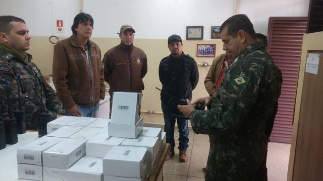 São aparelhos rádio portáteis tipo HT que utilizam uma frequência cedida pela Companhia de Comunicação do Exército - Foto: Divulgação/Agetran